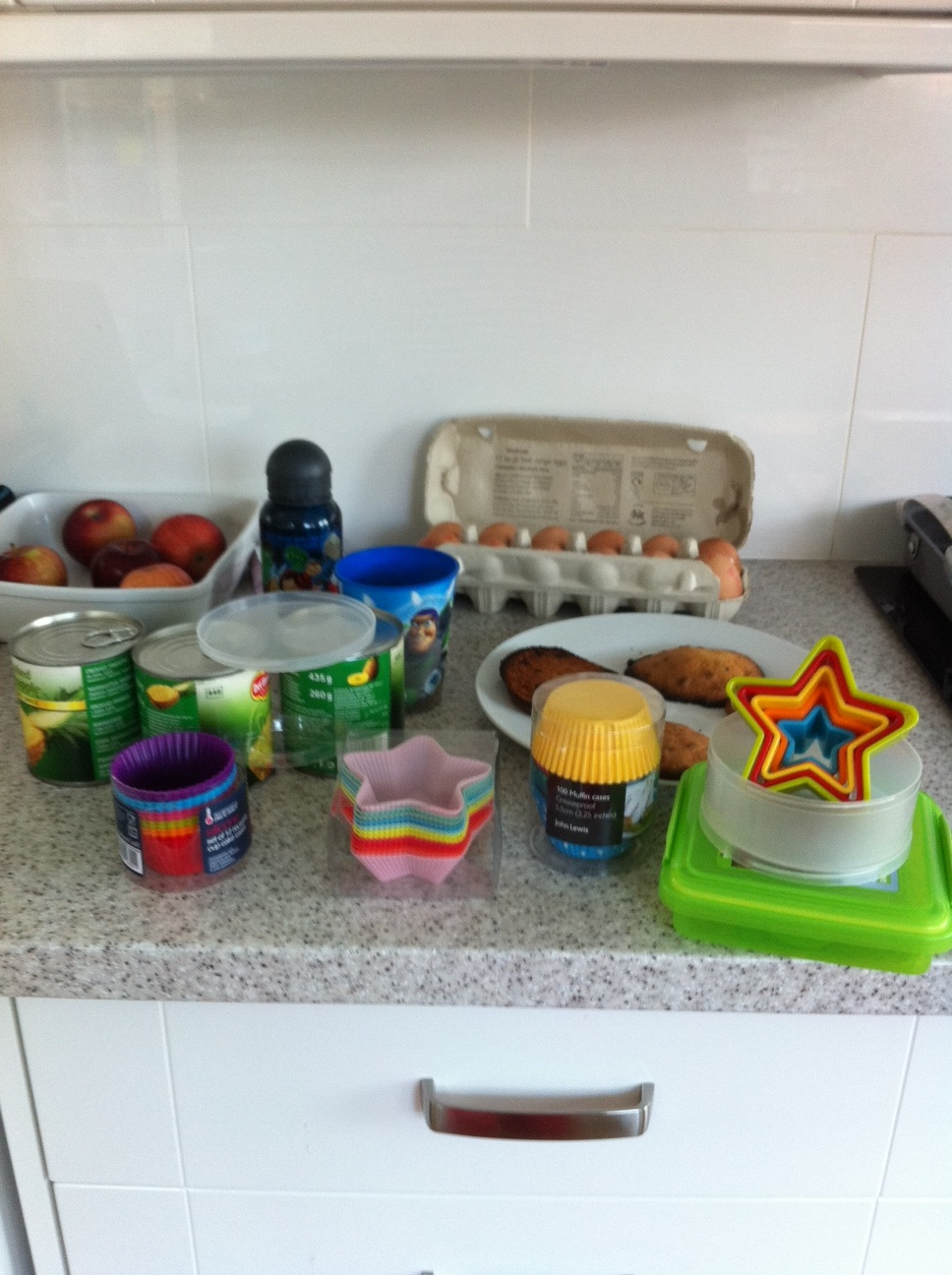 Liz Weston is a good mum.She's making muffins *with* her boys...